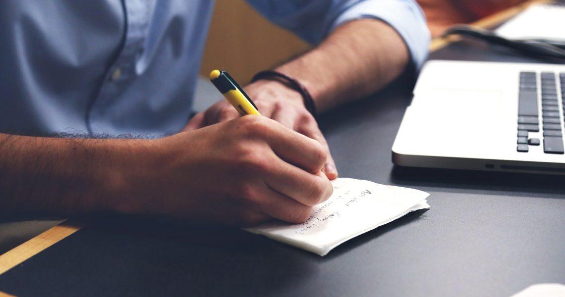 Homme qui écrit avec un stylo numérique